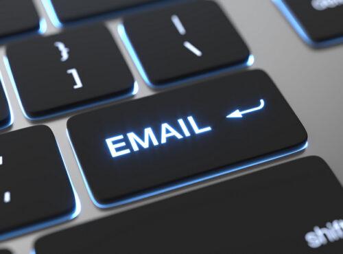 klawiatura laptopa z zaznaczonym napisem e-mail